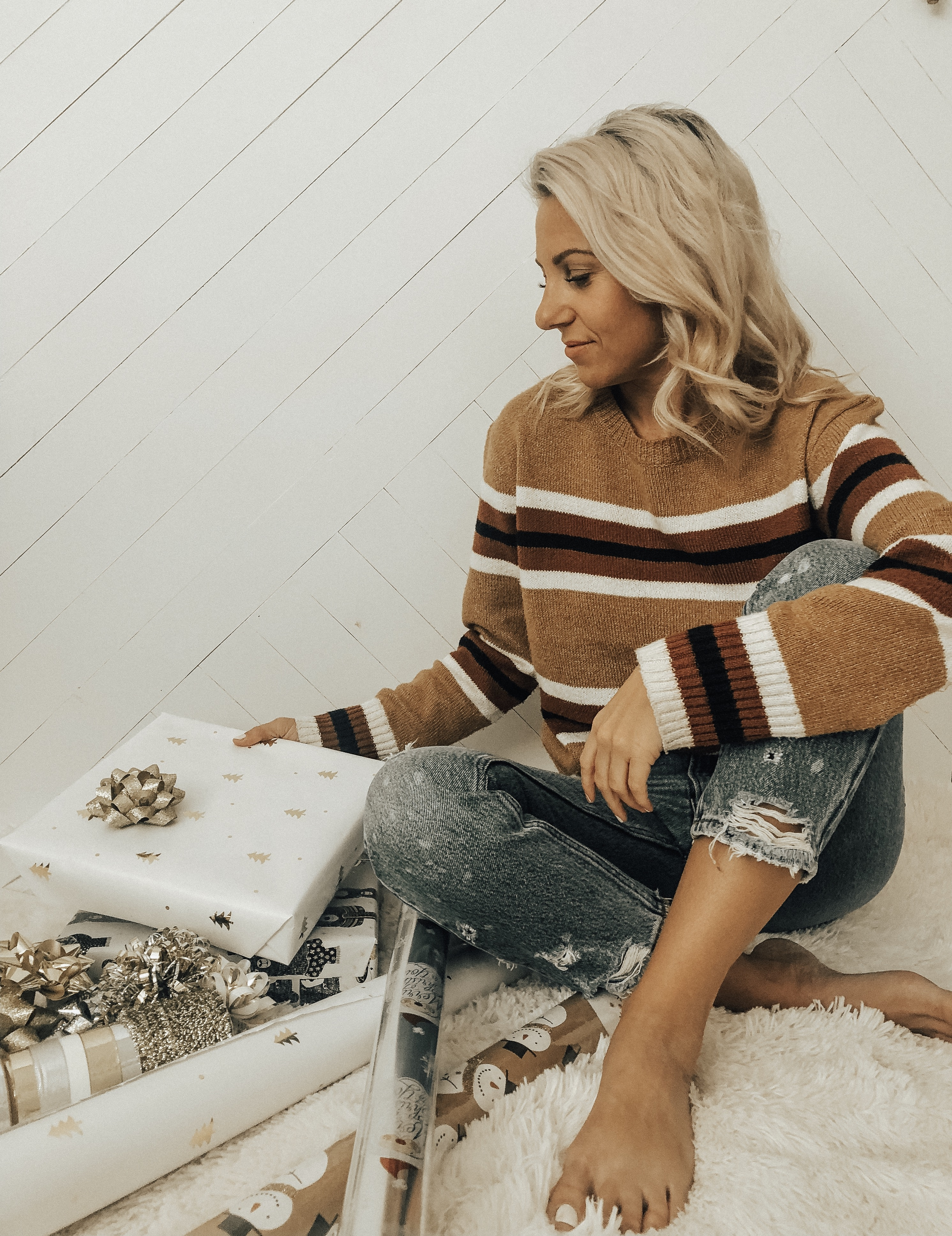 JANE GIFT GUIDE FOR EVERYONE ON YOUR LIST- Jaclyn De Leon Style - holiday gift guide + online shopping + what to buy this xmas + gift giving + for the beauty lover + for the kids + for the techy + cozy sherpa sweatshirt + coffee lover + shopping guide + striped sweater + wrapping gifts + mom jeans